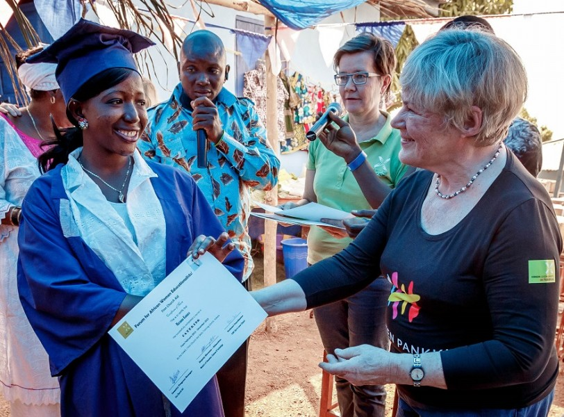 Sierra Leone_Valmistujaiset_Elisabeth Rehn ojentaa todistusta_Naisten Pankki_880px
