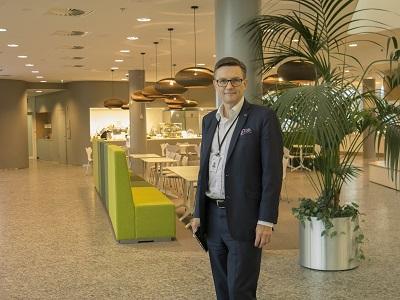 EY:n toimitusjohtaja Jaakko Hirvola uuden EY-talon aulassa.