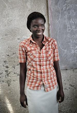 """Brigitte Nzigire Lwaisa, 17: """"Minulla on kymmenen veljeä ja kaksi siskoa. Meidät on sijoitettu useisiin eri perheisiin, koska vanhempamme ovat kuolleet. Itse olen esikoinen, ja suurin unelmani on, että voisin auttaa sisaruksiani. Unelmani toteutuu vain rahan avulla. Onneksi pääsin ammattikoulutukseen. Haluan ryhtyä yrittäjäksi ja myydä elintarvikkeita. Alkupääoma ratkaisee, kuinka yritykseni lähtee pyörimään. Tavoitteeni on kerätä alkupääoma vähitellen. Jos menestyn yrittäjänä, tiedän mitä teen rahoillani. Maksan koulutuksen kaikille pikkuveljilleni."""""""