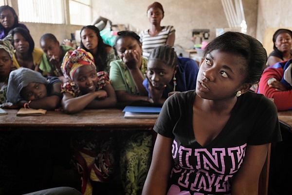 """Edith Mapenzi Kizito, 21: """"Unelmoin siitä, että minusta tulisi yhteisössäni merkittävä ihminen. Että minulla olisi jokin arvo ja tehtävä, joka olisi tarkoitettu juuri minua varten. Perheeseeni kuuluu äiti ja yksitoista lasta. Isä on kuollut. Jouduin keskeyttämään yläkoulun, mutta ehkä uusi koulutus auttaa minua saavuttamaan hyvän aseman. Todennäköisesti ryhdyn tuottamaan mehuja. Olen todella kiinnostunut yritysmaailmasta ja oppinut jo paljon. Markkinointi on tärkeää, ja tuotteen pitää olla hyvä. Työn kautta olisin myös tasa-arvoisempi. Tasa-arvo on sitä, että nainen voi ansaita enemmän rahaa kuin mies."""""""