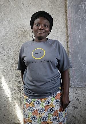 """Madeleine Nyembo, 25: """"Haluaisin perustaa ruokakaupan. Myymälässäni olisi vain paikallisia tuotteita – siinä kauppani erikoisuus ja myyntivaltti. Yritykseni avulla voisin olla hyödyksi sisaruksilleni. Perheessämme on seitsemän lasta ja isä. Äitimme on kuollut. Periaatteessa mies ja nainen voivat tehdä samaa työtä ja menestyä yhtä hyvin, mautta käytännössä naisella on rajoituksensa. Mies voi tehdä työtä myöhään, mutta naisen pitää turvallisuussyistä olla kotona viimeistään kuudelta, ennen pimeää. Tasa-arvon pitäisi kuitenkin olla sitä, että nainen ja mies voivat työskennellä samalla tavalla."""""""