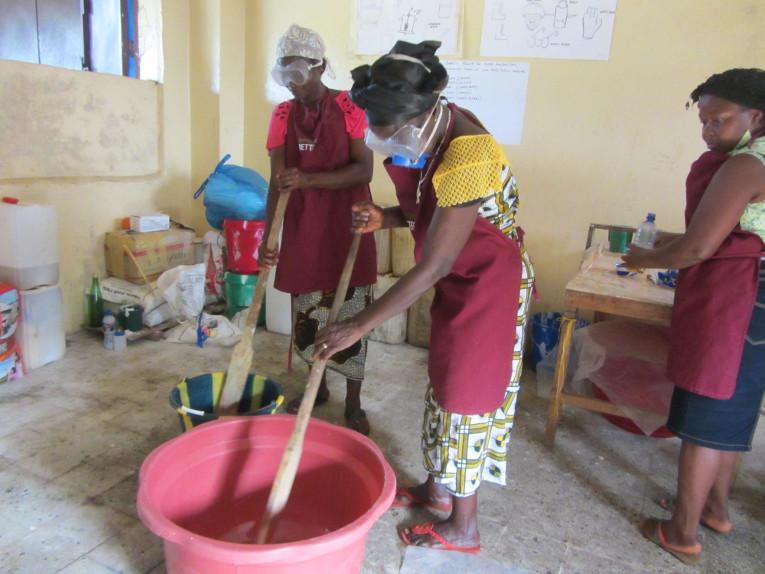 Bensonvillen äitien kerhossa Liberiassa opetellaan saippuanvalmistusta. Seinään teipattuja suojautumisohjeita noudatetaan enemmän tai vähemmän kirjaimellisesti.