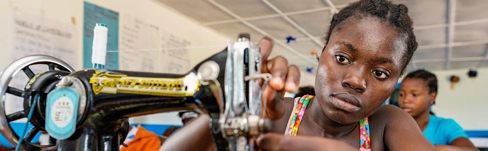 Yritysyhteistyö on vastuullinen valinta. Yritykset tukevat kehitysmaiden naisia yrittäjyyden ja toimeentulon alkuun.