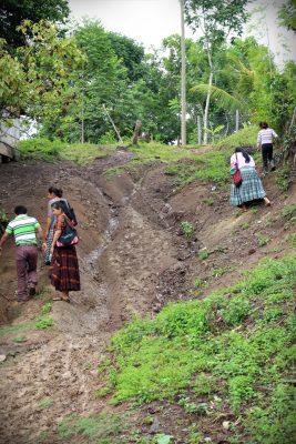 Kulku Muqbilhan kylään pohjoisessa Guatemalassa on haasteellinen.