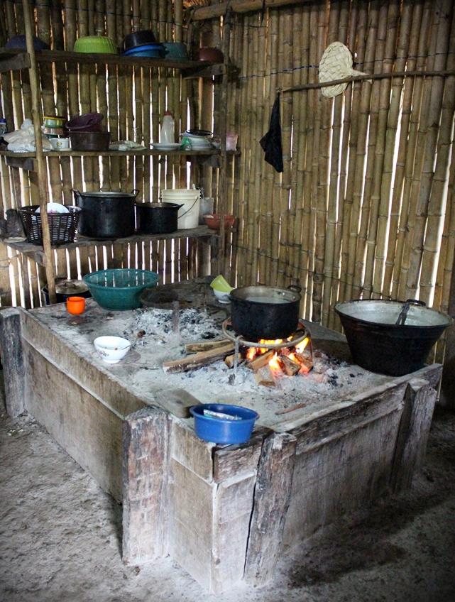 Guatemalainen kaakao kiehumassa Herlindan keittiössä.