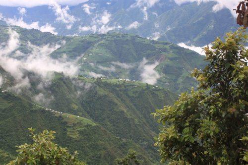 Bhaisen kylä siintää keskimmäisen harjanteen päällä.