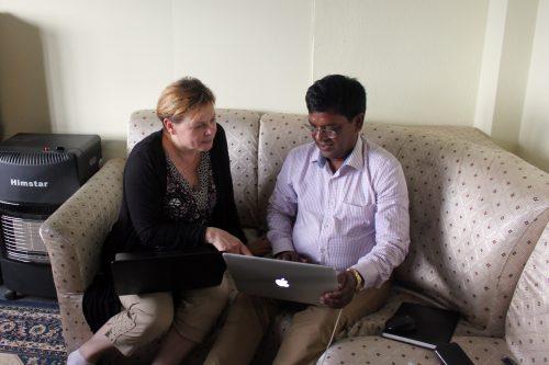 Laxmin kanssa LML:n toimistolla. Sieltä saimme työhuoneen. Kun paperityöt saadaan kuntoon, lähdemme kyliin haastattelemaan osuuskuntia, yrittäjiä ja muita sidosryhmiä.
