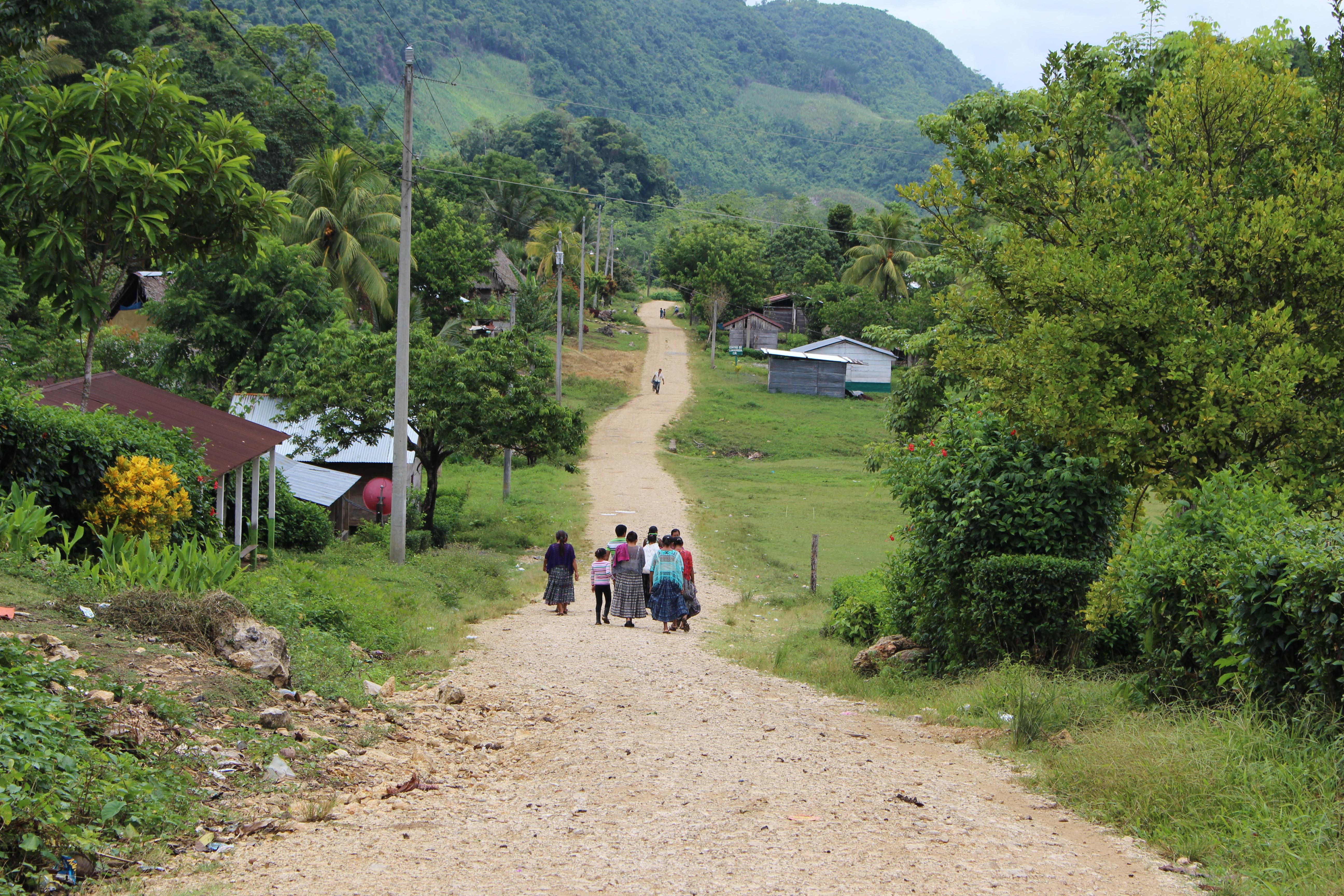 Santa Martan kyläranttia. Oikealla edessä näkyy koulutusrakennus.