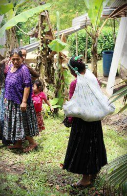 Maria kantaa pienokaistaan perinteiseen guatemalalaiseen mayatyyliin.