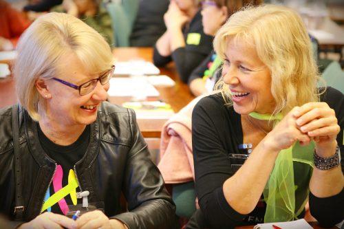 Mirva Porista ja Tiina Jyväskylästä löysivät yhteistä keskusteltavaa.