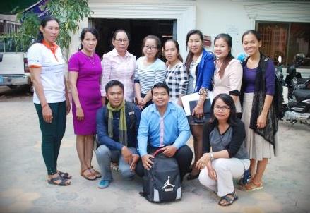 Yrittäjyyskoulutukseen osallistuneita CWCC:n työntekijöitä toimiston pihalla Siem Reapissa.