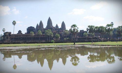Kambodžalaiset ovat ylpeitä khmer-kulttuuritaustasta. Kuvassa kuuluisa noin 1000 vuotta vanha Angkor Wat -temppeli, joka on yhä maailman suurin uskonnollinen rakennus. Angkor Wat on myös kuvattu myös Kambodžan lippuun.