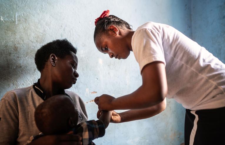 Sairaanhoitaja Anitah Owaruhanga, 27, osti säästöryhmältä saamansa lainan turvin lääkkeitä klinikalleen.