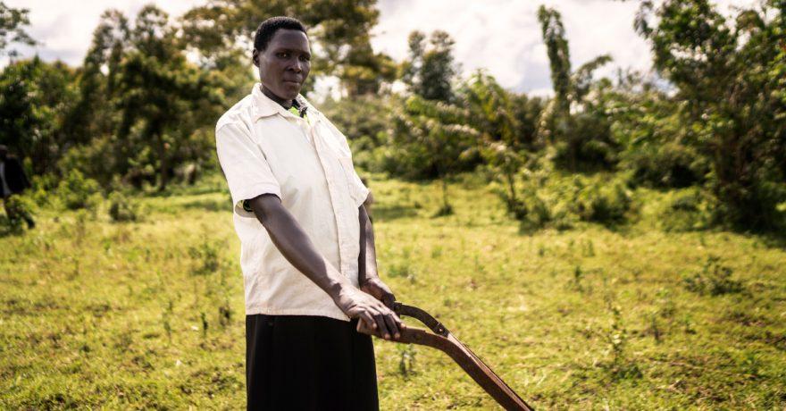 Ugandalainen Justina Nuwahereza elättää perheensä viljelemällä maata.