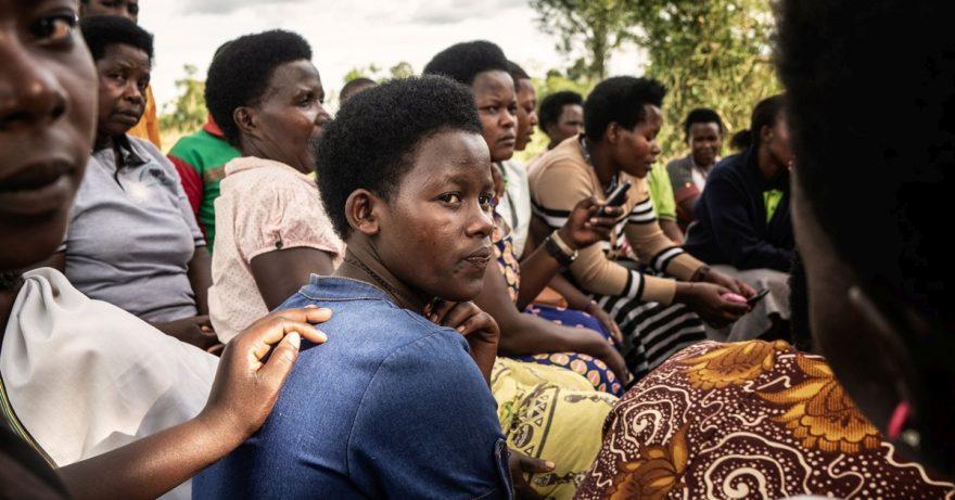 Afrikkalaiset naiset istuvat ringissä.
