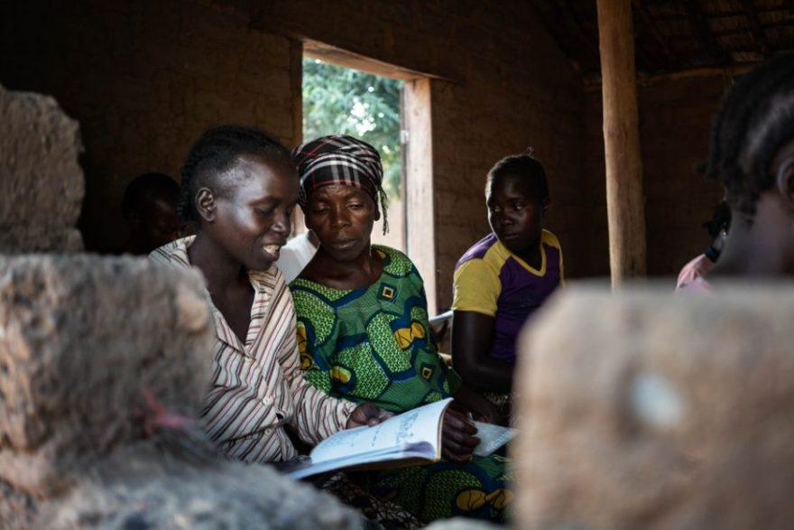 Ugandalainen naisryhmä oppitunnilla luokassa