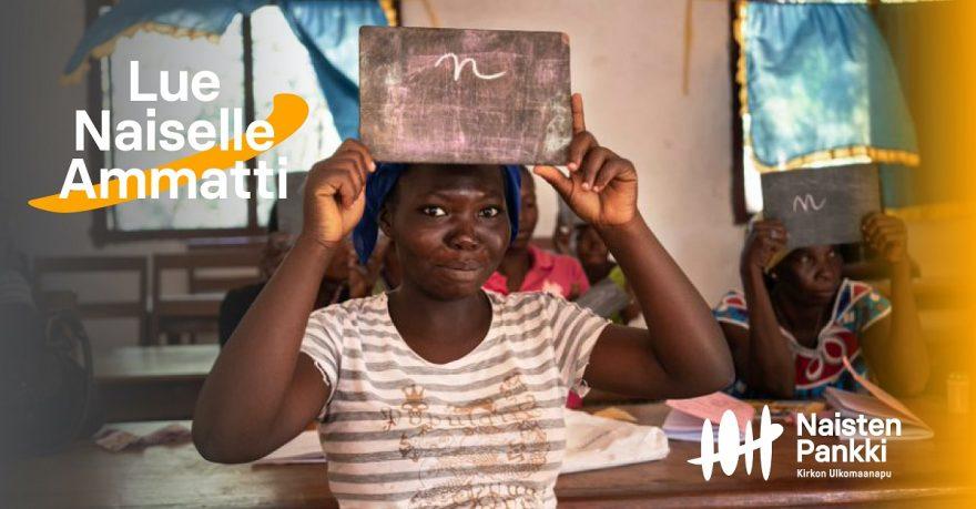 Ugandalainen nainen lukutaito-opetuksessa liitutaulu päänsä päällä