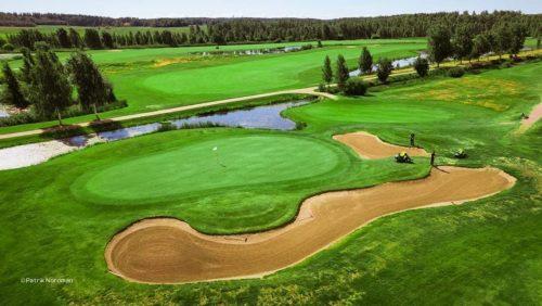 Ilmasta otettu kuva golfkentästä.