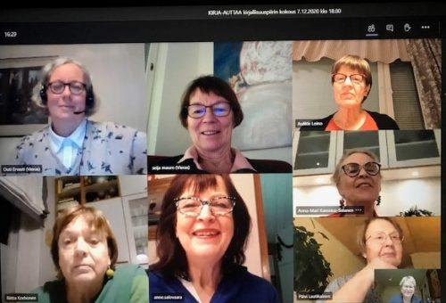 Kahdeksan naista osallistuu verkkopalaveriin omita tietokoneiltaan.