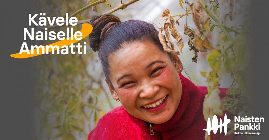 Nainen hymyilee puidenoksien välissä