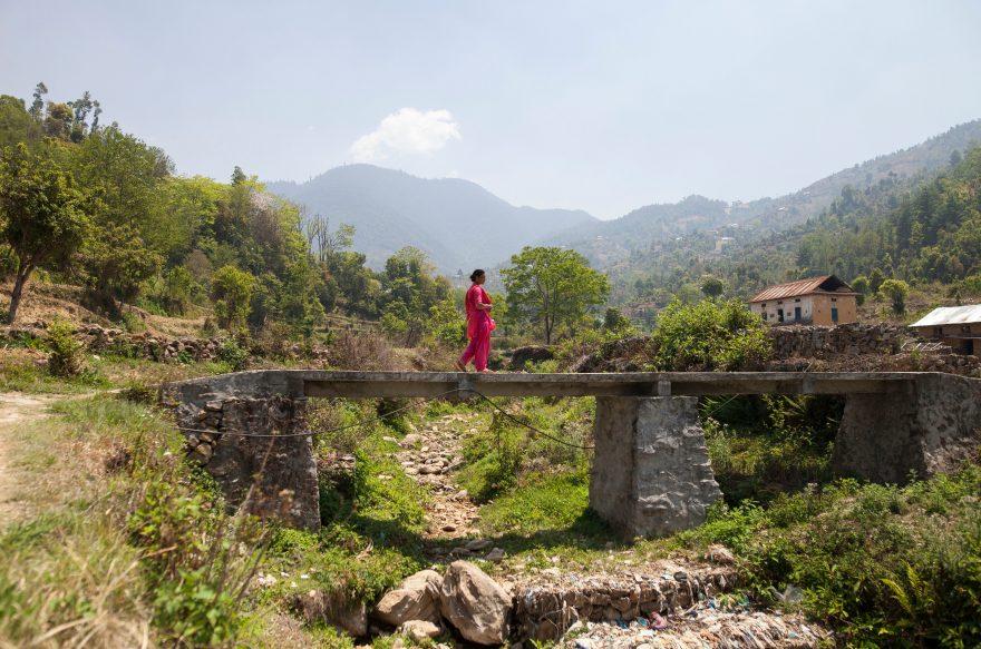 Nainen kävelee sillalla.