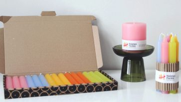 värikkäitä kynttilöitä ja kynttilärasia