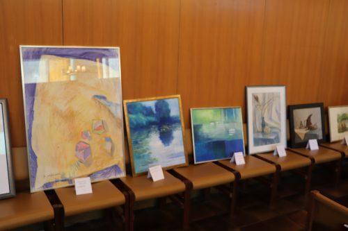 Kuusi hyvin erilaista taideteosta on esillä penkkirivin päällä.