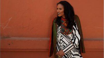 Yacine Samb nojaa terracottan väriseen seinään