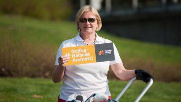 Nainen pitää kädessään Golfaa naiselle ammatti-kylttiä.