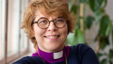 Piispankauluksissa oleva nainen.