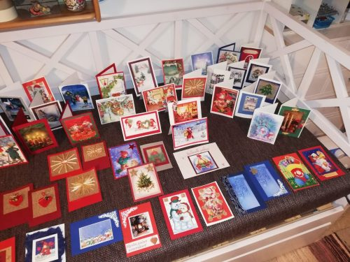 Iso valikoima erilaisia itsetehtyjä joulukortteja.